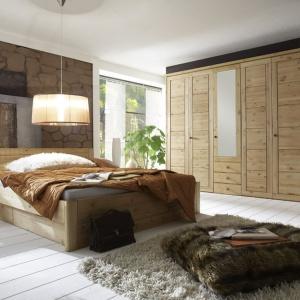Kolekcja Bristol wykonana została z litej sosny nordyckiej. Łóżko zawiera 2 szuflady na metalowych prowadnicach otwierane na lewo lub prawo. Fot. Seart.