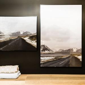 Nad wc zawisły dwa obrazy z malowniczymi pejzażami górskimi. Projekt: Decoroom.