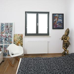 W małych wnętrzach warto stosować jasne kolory. Biel sprawdza się doskonale, a dodatkowo pasują do niej dodatki we wszystkich kolorach. Projekt: Konrad Grodziński. Fot. Bartosz Jarosz.