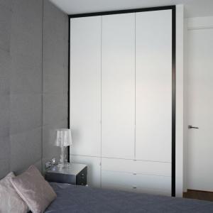 W nawet najmniejszej sypialni warto wygospodarować miejsce na szafę. To dobre miejsce nie tylko do przechowywania ubrań, ale również pościeli. Projekt: Anna Maria Sokołowska. Fot. Bartosz Jarosz.