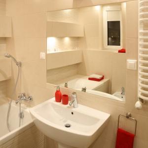 """Kolorowe akcenty sprawiły, że łazienka nabrała """"pazura"""". Klasyczny beż został podkręcony odrobiną żywej czerwieni. Projekt: właściciele. Fot. Bartosz Jarosz."""