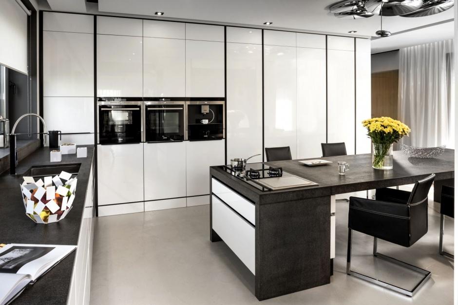 Całą ścianę pokrywa wysoka Kuchnia pod sam sufit