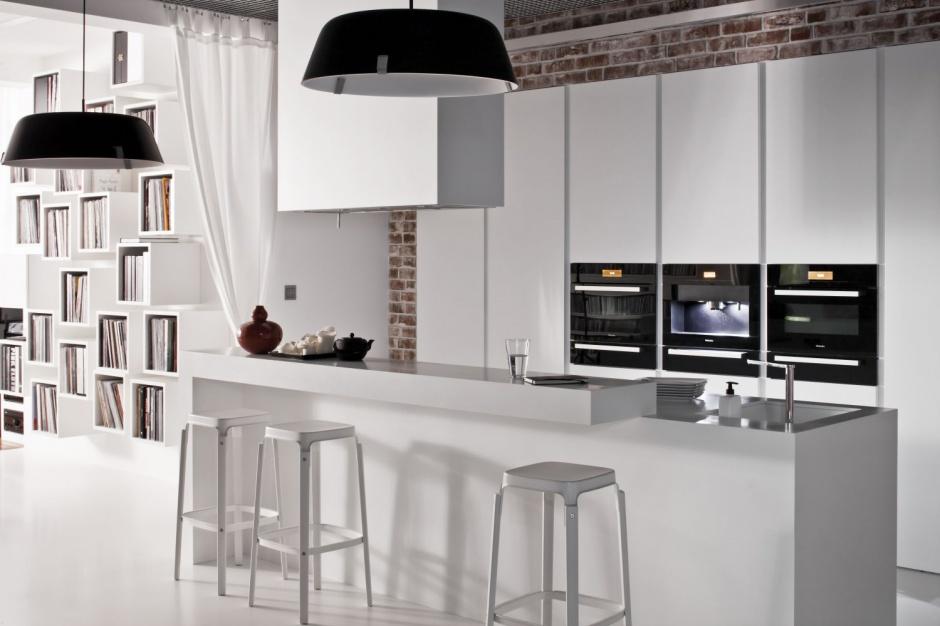 Na tle czerwonej cegły Kuchnia pod sam sufit   -> Sufit Kuchnia Salon