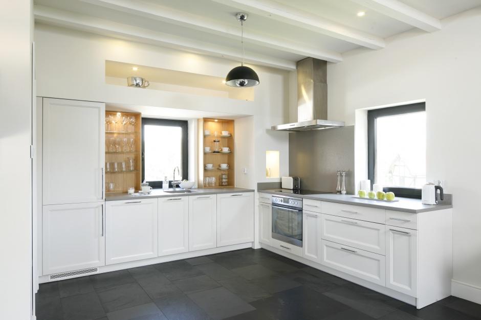 Zabudowa białej kuchni ma Biała kuchnia z jadalnią   -> Mala Kuchnia Z Oknem Projekt