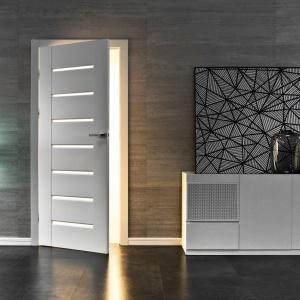 Kolekcja Inovo to wyjątkowa stylistyka oraz stabilna konstrukcja. Spokojna i wyważona stylistyka z pewnością przetrwa sezonowe mody. Zaokrąglone krawędzie przy szybach są nie tylko elementem dekoracyjnym, ale także podnoszą funkcjonalność drzwi, ułatwiając ich czyszczenie. Fot. Vox.