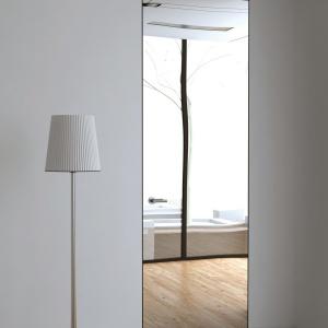 Drzwi z lustrem z kolekcji Piu Alu to elegancka i praktyczna dekoracja idealna do przestrzeni garderobianych, choć nie tylko. Ościeżnica i skrzydło z aluminiowej konstrukcji wykończonej lustrem naturalnym w kolorze aluminium anodowane mat/połysk lub w dowolnym kolorze z palety RAL. Fot. Piu Design.