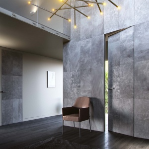 Drzwi PIU Design zaprojektowane przez Tomasza Augustyniaka Aluminiowa konstrukcja drzwi PIU Design stanowi nośnik, a zarazem wyznaczenie granic dla skórzanej kompozycji. Fot. PIU Design.