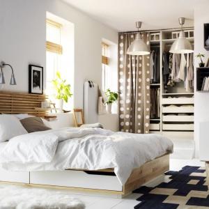 Łóżko Mandal doskonale sprawdzi się w mniejszej sypialni. Praktyczne szuflady pozwalają na przechowywanie pościeli. Fot. IKEA.
