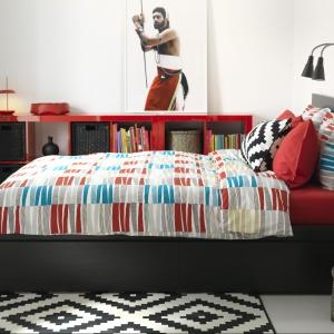 Łóżko Malm marki IKEA posiada 4 duże szuflady na kółkach, które zapewnią dodatkowe miejsce do przechowywania pod łóżkiem. Regulowane boki łóżka pozwalają na użycie materacy o różnej grubości.  Fot. IKEA.