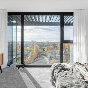 Z sypialni rozpościera się niesamowity widok na panoramę Warszawy. Projekt i zdjęcia: Decoroom.