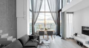 Mieszkanie na warszawskim Żoliborzu zachwyca nie tylko widokami za oknem, ale również nowoczesnym, eleganckim wystrojem.