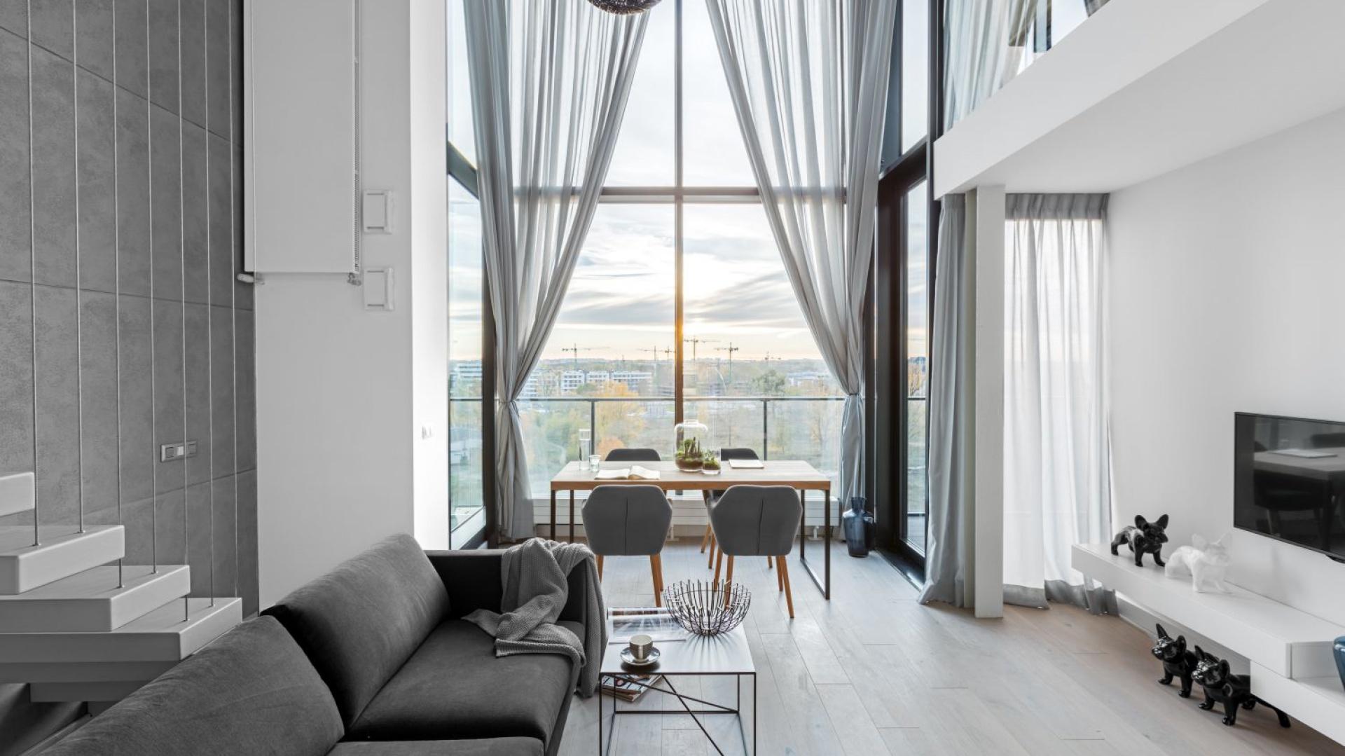 Sercem nowoczesnego wnętrza jest otwarta strefa dzienna, spajająca salon, kuchnię oraz jadalnię. Projekt i zdjęcia: Decoroom.