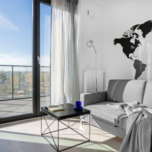 W mieszkaniu dominuje achromatyczna kolorystyka z naciskiem na biel, czerń i szarości. Projekt i zdjęcia: Decoroom.