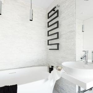 Przeszklona łazienka z wolno stojącą wanną została urządzona niemal w całości w bieli, której pazura dodają czarne detale. Projekt i zdjęcia: Decoroom.