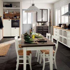 Piękna kuchnia w stylu retro z meblami, których fronty zdobią piękne frezowania, ażurowe panele i ozdobne uchwyty. Fot. Scavolini, kuchnia Atelier.