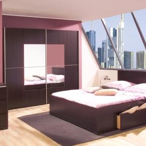 Kolekcja Alabama w kolorze wenge dobrze dopasuje się do każdej sypialni. Do wyboru są m.in. dwie szafy, a także trzy rodzaje łóżek, w tym także z pojemnikiem na pościel. Fot. Agata Meble.