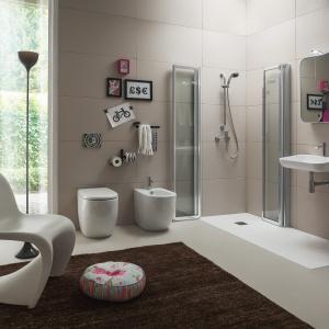 Możliwość kompletowania ścianek o różnych szerokościach, tak by pasowała do powierzchni łazienki – kabina Corner Blue firmy Arblu. Fot. Abblu.