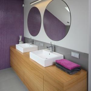 Duża szafka oraz oddzielne umywalki i lustra dla pani oraz pana domu tworzą bardzo wygodną strefę toaletową. Ścianę nad blatem chroni szkło lakierowane. Fot. Bartosz Jarosz.