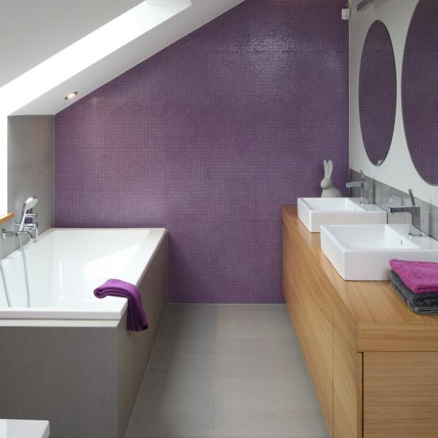 Łazienka na poddaszu – gotowy projekt przy sypialni