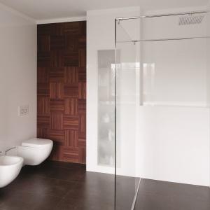 Biała łazienka z drewnem i ciemna podłogą. Projekt: Piotr Stanisz. Fot. Bartosz Jarosz.