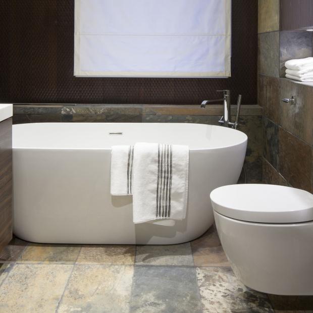 Mała łazienka – gotowy projekt w ciemnych kolorach