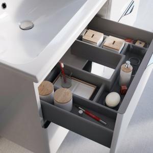 Nieocenioną zaletą mebli Ambio jest funkcjonalny organizer umieszczony w pierwszej szufladzie szafki podumywalkowej. Fot. Elita