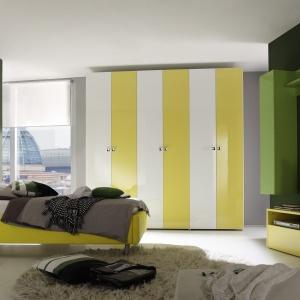Białe łóżko Tambura. Duży, drewniany zagłówek wnosi do wnętrza ciekawy akcent. Fot. MC Akcent.
