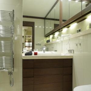 Praktycznie i przestronnie: mała łazienka z kilkoma szafkami lustrzanymi. Powierzchnia: ok. 6 m². Projekt: Małgorzata Borzyszkowska. Fot. Bartosz Jarosz.