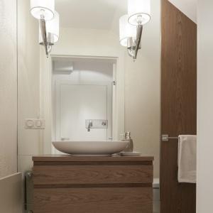 Łazienka z lustrem od podłogo po sufit. Powierzchnia: ok. 4 m². Projekt: Małgorzata Galewska. Fot. Bartosz Jarosz.