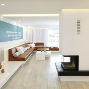 W eleganckim wnętrzu imitujące beton dekoracje ścian podkreślają nowoczesny charakter aranżacji. Projekt: Dominik Respondek. Fot. Bartosz Jarosz.