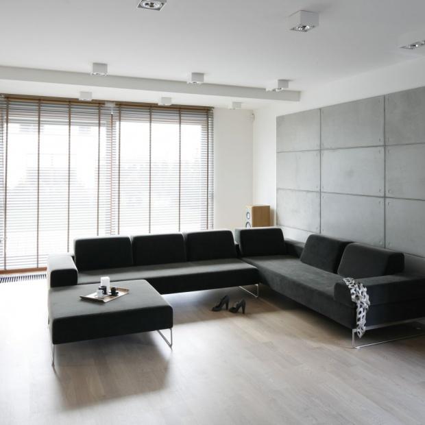 Ściana w salonie. Modny beton
