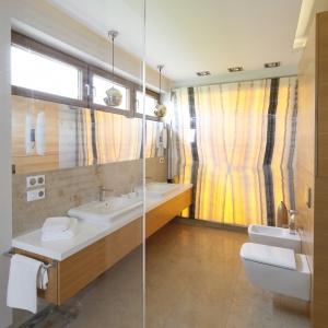 Łazienka jest wyposażona w dwie umywalki, oddzielne dla pani i pana domu. Fot. Bartosz Jarosz.