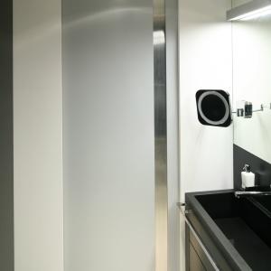 Strefa umywalki jest doskonale oświetlona. Podświetlenie ma także małe, ruchome lusterko. Fot. Bartosz Jarosz.