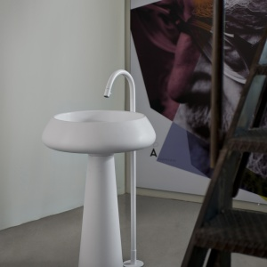 Z kompozytu -  umywalka podłogowa Bjhon firmy Agape. Fot. Agape.