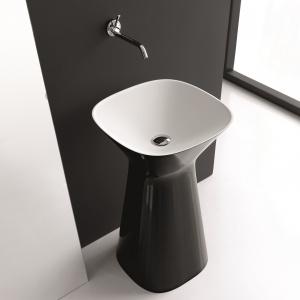 Biało-czarna ceramika -  umywalka podłogowa Mister firmy Hidra. Fot. Hidra.