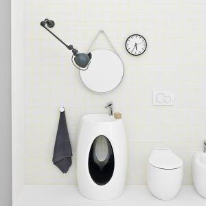 Ceramika biało-czarna - umywalka podłogowa Hall eBlend firmy Artceram. Fot. Artceram.