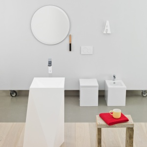 Biała ceramika -  umywalka podłogowa Sharp firmy Artceram. Fot. Artceram.