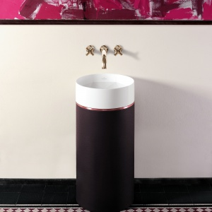 W obudowie z TitanCeramu -  umywalka podłogowa Octagon firmy Villeroy&Boch. Fot. Villeroy&Boch.