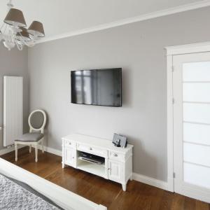Ponieważ telewizora nie ma w salonie, kącik TV znalazł się w sypialni. Projekt: Maciejka Peszyńska-Drews. Fot. Bartosz Jarosz.