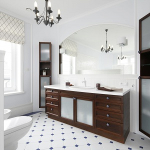 Wnętrze łazienki jest połączeniem jasnych iciemnych barw. Biel podłóg, ścian iceramiki doskonale kontrastuje ze stylizowanymi meblami zciemnego drewna. Projekt: Maciejka Peszyńska-Drews. Fot. Bartosz Jarosz.