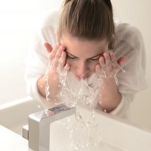 Ogranicznik przepływu umożliwiający oszczędność wody do 80% - bateria umywalkowa Synergie firmy Vado. Fot. Vado.