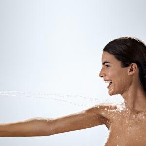 Z systemem napowietrzania strumienia, dzięki czemu spada zużycie wody – rączka prysznicowa Raindance Select E 120 firmy Hansgrohe. Fot. Hansgrohe.