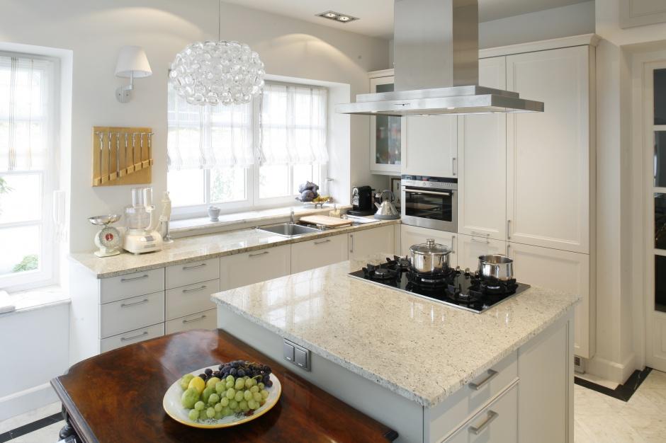 Fronty większych drzwiczek Kuchnia w stylu klasycznym pomysły architekt