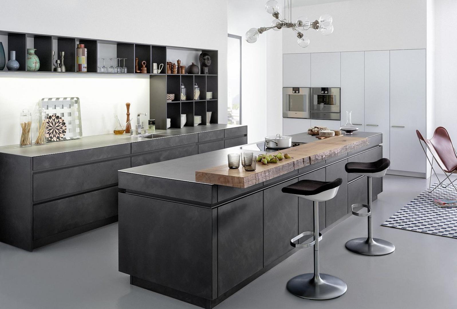 Te kuchnia to prawdziwy majsterszyk wzornictwa i rzemieślnictwa. Fronty i korpusy pokryto prawdziwym, ręcznie nakładanym betonem, a blat kuchenny wykonano ze stali walcowanej na gorąco. Fot. Leicht, kuchnia Concrete-A.