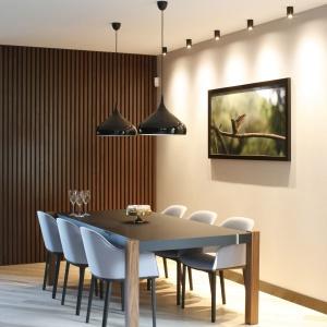 Na ścianie wstrefie jadalni autorski moduł zmasywu drewnianego, który dodaje ciepła iprzytulności.  Projekt: Jan Sikora. Fot. Bartosz Jarosz.