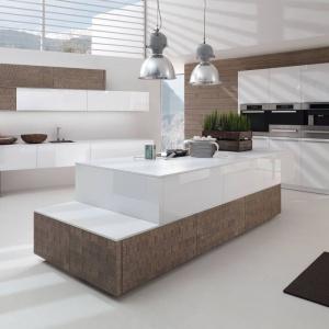 Dwukolorowa, asymetryczna wyspa jest centrum tej nowoczesnej kuchni, pełniąc rolę dodatkowej powierzchni roboczej oraz ciekawego elementu wzorniczo-dekoracyjnego. Fot. Alno, meble z programu Alnovetrina.