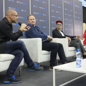 """Prowadząca Omenaa Mensah rozmawiała podczas panelu """"Designersko, ale praktycznie..."""" z (od prawej) Tomaszem Pągowskim, Grzegorzem Szewc oraz Robertem Koniecznym. Fot. 4 Design Days."""
