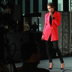 Omenaa Mensah podczas wykładu na temat domów polskich gwiazd oraz prezentacji kolekcji mebli Love marki Ammadora&JMB Design. Fot. 4 Design Days.
