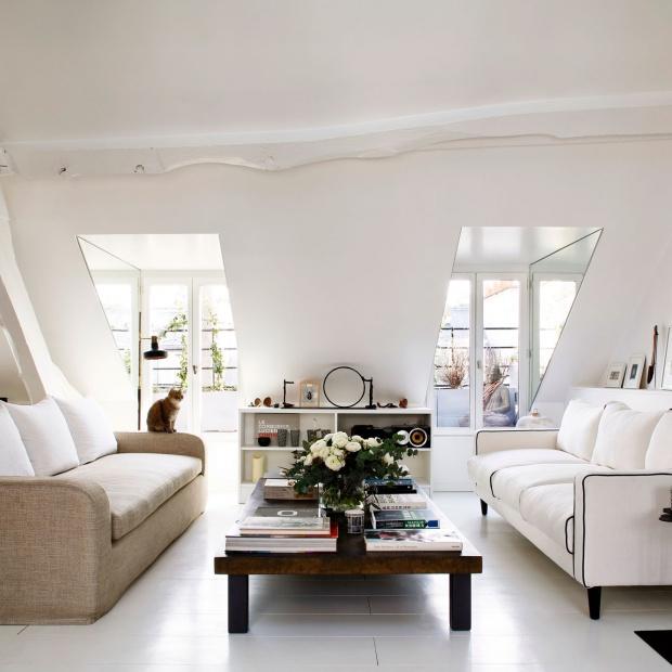 We francuskim stylu. Klimatyczny salon w paryskim mieszkaniu