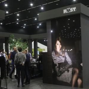 Stoisko Mebel Rust przyciągało wzrok zdecydowanymi kolorami i motywem mody, przewijający, się  w całej aranżacji. Tak firma chciała pokazać możliwości swojej nowej dywizji Sensualne Kuchnie. Fot. 4 Design Days.